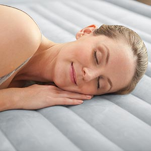 67768 Надувная кровать полуторная с встроенным насосом Intex (137х191х33)